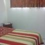 Dormitorio depto. 2 ambientes con sommier de 2y1/2 plaza y placard
