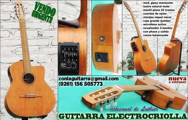 Guitarra clásica con micrófono