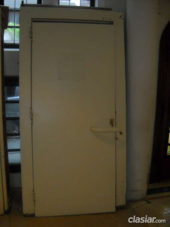 Puerta metálica reforzada con marco