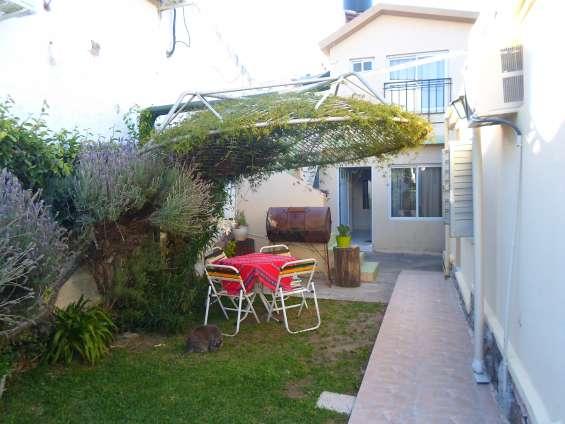 V. carlos paz, alq. temp. de dptos tipo casa cochera, jardín,excelente vista y ubicación