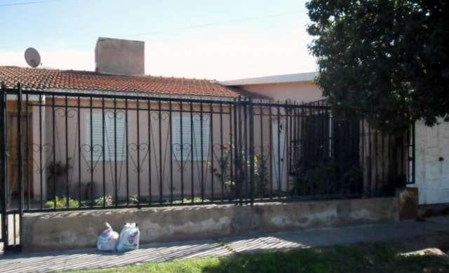 Vendo casa en barrio i.p.v. con servicios de luz,agua,tel,cloacas