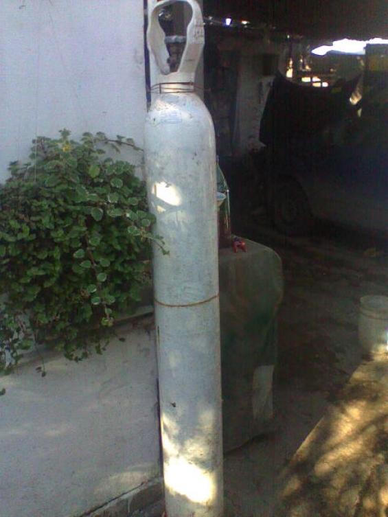 Vendo tubo de oxigeno medicinal de 6m cargado blanco