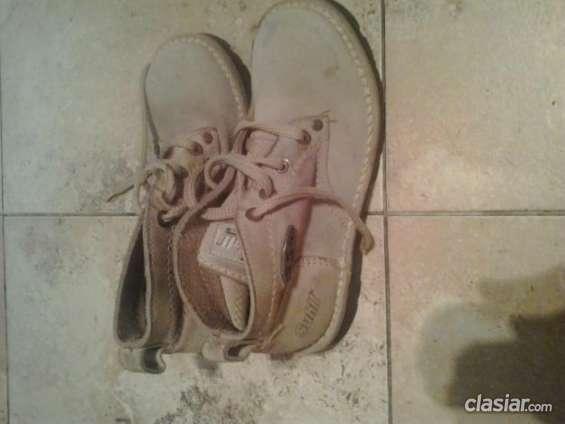 Tengo que vender vendo botas color cremita . muy buen estado.