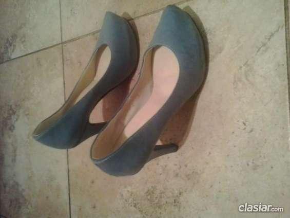 Vendo por viaje vendo zapato usado color celeste tacos altos. vendoooo!!