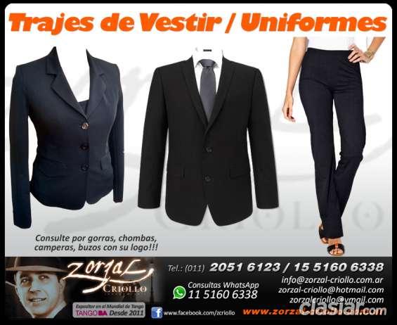 Trajes de vestir por mayor de hombre y mujer uniformes